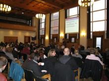 2011-integrt-tagung-1.JPG Prof. Dr. Uta Klein referiert hier im Ratssaal des Rathauses in Kiel. Im Vordergrund sitzt das Publikum.