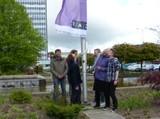 2015-cau-regenbogenfahne2.jpg Hier wird gerade die Regenbogenflage von sechs Menschen gehisst (von links...). Im Hintergrund ist das Verwaltungshochaus und die Brunnenanlage der CAU zu sehen.