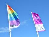 2015-cau-regenbogenfahne3.jpg Zusammen wehen hier die Flaggen der CAU. Links die Regenbogenflagge und rechts die offizielle 350 Jahr Flage. Im Hintergrund ist ein strahlend blauer Himmel zu sehen.
