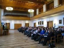2011-integr-tagung-2.JPG Hier sieht man den Ratssaal im Rathaus der Stadt Kiel. Links im Bild sitzt das Publikum und rechts im Bild befindet sich das Podium, von dem aus gerade ein Vortrag gehalten wird.