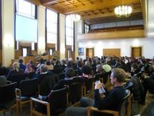 2011-integr-tagung-3.JPG Hier sieht man die Fachtagung aus einer seitlichen Puplikumsperspektive. Im Vordergrund sitzt das Puplikum und im Hintergrund referiert gerade....